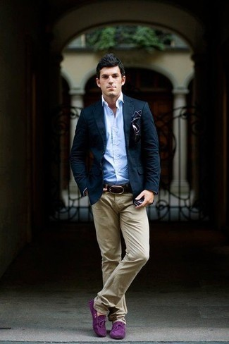 Cómo combinar: blazer azul marino, camisa de manga larga celeste, pantalón chino en beige, mocasín con borlas de ante morado