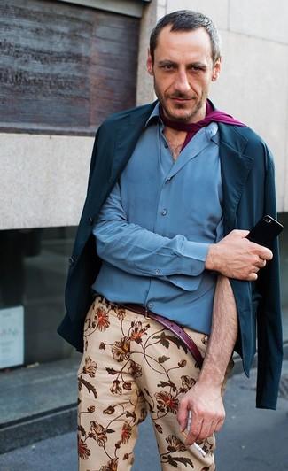 Cómo combinar: blazer de algodón azul marino, camisa de manga larga azul, pantalón chino con print de flores en beige, bufanda morado
