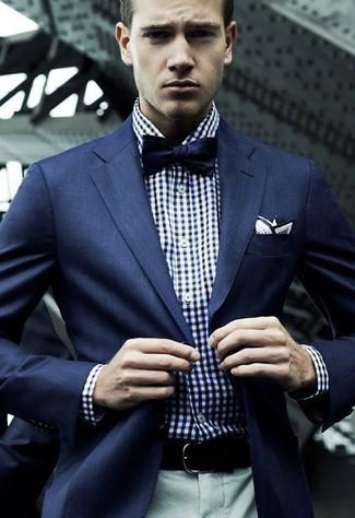 Cómo combinar: blazer azul marino, camisa de manga larga de cuadro vichy en blanco y azul marino, pantalón de vestir gris, corbatín azul marino