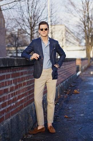 Considera emparejar un blazer de tartán azul marino junto a un pantalón de vestir marrón claro para un perfil clásico y refinado. Si no quieres vestir totalmente formal, opta por un par de mocasín de ante marrón.