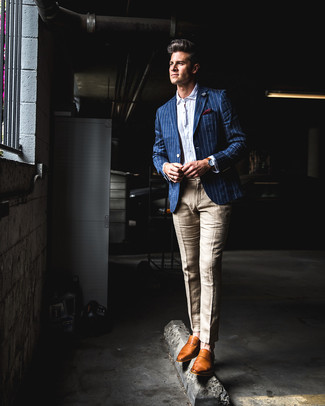 Cómo combinar: blazer de rayas verticales azul, camisa de manga larga de seersucker blanca, pantalón de vestir de lino marrón claro, mocasín de cuero en tabaco