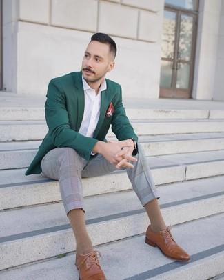 Cómo combinar: blazer verde oscuro, camisa de manga larga blanca, pantalón de vestir de tartán gris, zapatos brogue de cuero marrón claro