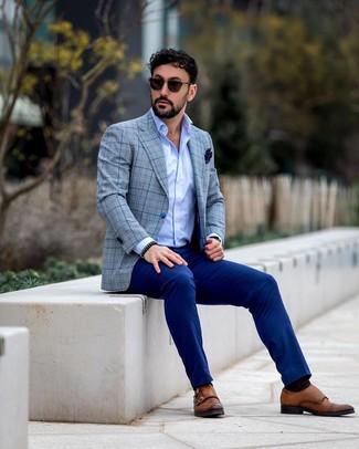 Cómo combinar: blazer de tartán gris, camisa de manga larga celeste, pantalón de vestir azul, zapatos con doble hebilla de cuero marrónes