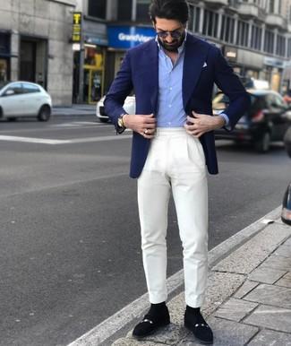 Cómo combinar: blazer azul marino, camisa de manga larga celeste, pantalón de vestir blanco, mocasín de ante negro