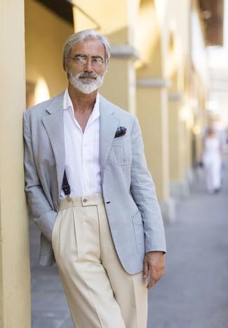 Cómo combinar: blazer de tartán gris, camisa de manga larga blanca, pantalón de vestir en beige, pañuelo de bolsillo estampado verde oscuro
