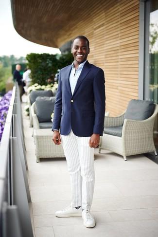 Cómo combinar: blazer azul marino, camisa de manga larga celeste, pantalón de vestir de rayas verticales blanco, tenis de cuero blancos