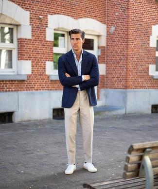 Cómo combinar: blazer de lana azul marino, camisa de manga larga celeste, pantalón de vestir de lino en beige, tenis blancos