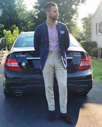 Cómo combinar: blazer azul marino, camisa de manga larga de rayas verticales en blanco y rojo, pantalón de vestir de lino en beige, mocasín de ante en marrón oscuro