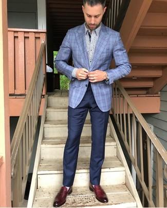 Cómo combinar: blazer de tartán celeste, camisa de manga larga con print de flores celeste, pantalón de vestir azul marino, mocasín de cuero burdeos