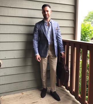 Cómo combinar: blazer de tartán azul, camisa de manga larga celeste, pantalón de vestir marrón claro, mocasín de ante en marrón oscuro