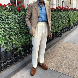 Cómo combinar: blazer de tartán en beige, camisa de manga larga azul, pantalón de vestir blanco, mocasín con borlas de ante marrón