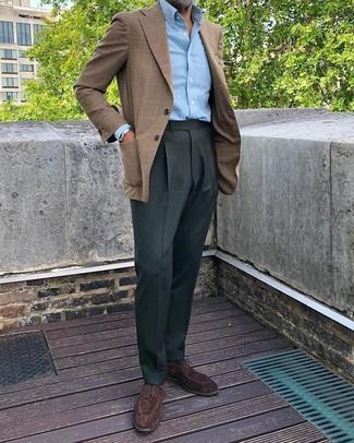 Cómo combinar: blazer de tartán marrón, camisa de manga larga celeste, pantalón de vestir verde oscuro, zapatos derby de ante en marrón oscuro