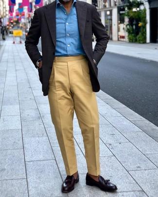 Cómo combinar: blazer a cuadros negro, camisa de manga larga azul, pantalón de vestir marrón claro, mocasín con borlas de cuero negro