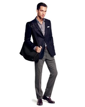 Cómo combinar: blazer azul marino, camisa de manga larga de cuadro vichy en negro y blanco, pantalón de vestir de lana gris, mocasín de cuero en marrón oscuro