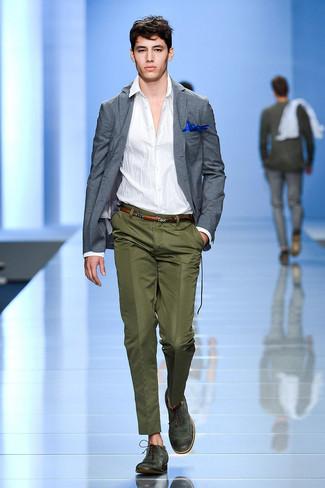 Cómo combinar: blazer gris, camisa de manga larga blanca, pantalón de vestir verde oliva, zapatos brogue de cuero verde oscuro