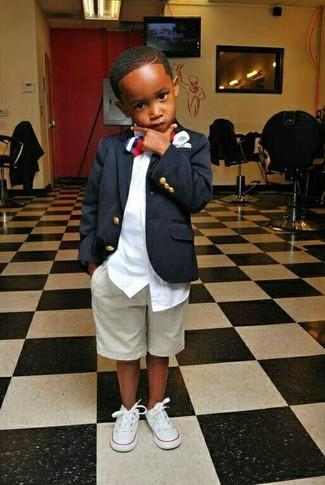Cómo combinar: blazer azul marino, camisa de manga larga blanca, pantalones cortos en beige, zapatillas blancas