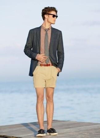 Cómo combinar: blazer en gris oscuro, camisa de manga larga de cuadro vichy en rojo y blanco, pantalones cortos marrón claro, zapatillas plimsoll negras