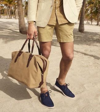 Cómo combinar: blazer en beige, camisa de manga larga marrón claro, pantalones cortos marrón claro, zapatos oxford de lona azul marino