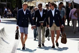 Cómo combinar: blazer azul marino, camisa de manga larga blanca, pantalones cortos marrón claro, mocasín de ante azul marino