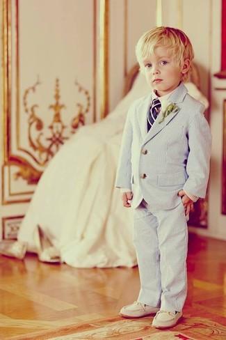 Cómo combinar: blazer celeste, camisa de manga larga blanca, pantalones celestes, mocasín blanco