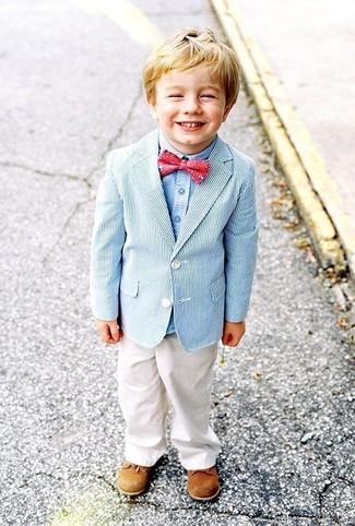 Cómo combinar: blazer celeste, camisa de manga larga celeste, pantalones blancos, zapatos oxford marrón claro
