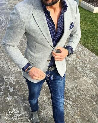 Equípate un blazer de punto gris junto a unos vaqueros azul marino para lograr un estilo informal elegante. Opta por un par de zapatos con doble hebilla de cuero grises para mostrar tu inteligencia sartorial.