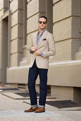 Cómo combinar: blazer en beige, camisa de manga larga de cuadro vichy en azul marino y blanco, vaqueros azul marino, mocasín de ante marrón