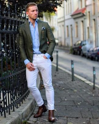 Cómo combinar: blazer verde oscuro, camisa de manga larga celeste, vaqueros blancos, botines chelsea de cuero en marrón oscuro