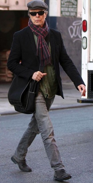 Cómo combinar: blazer de lana negro, camisa de manga larga verde oliva, vaqueros grises, zapatos derby de ante en marrón oscuro