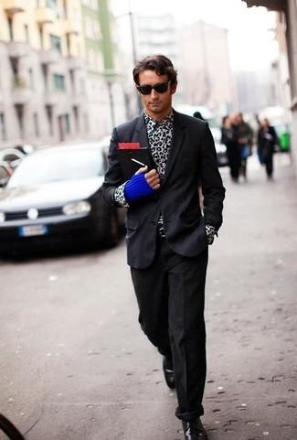 Cómo combinar: blazer negro, camisa de manga larga de leopardo en blanco y negro, vaqueros de pana negros, zapatos derby de cuero negros