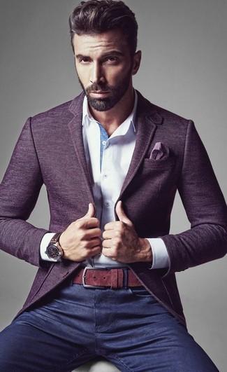 Considera ponerse un blazer de lana violeta y unos vaqueros azul marino para lograr un look de vestir pero no muy formal.