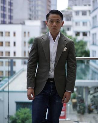 Cómo combinar: blazer verde oliva, camisa de manga larga blanca, vaqueros azul marino, pañuelo de bolsillo blanco