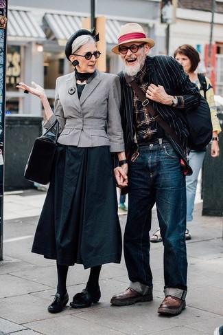 Cómo combinar: blazer de rayas verticales en negro y blanco, camisa de manga larga de tartán negra, vaqueros azul marino, botas brogue de cuero marrónes
