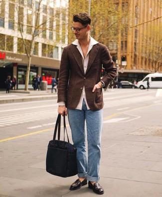 Cómo combinar: blazer de lana en marrón oscuro, camisa de manga larga blanca, vaqueros celestes, mocasín de cuero en marrón oscuro