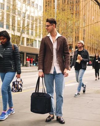 Cómo combinar: blazer de lana marrón, camisa de manga larga de lino blanca, vaqueros celestes, mocasín de cuero en marrón oscuro