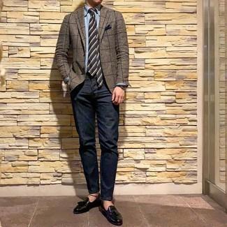 Cómo combinar: blazer a cuadros marrón, camisa de manga larga de cambray celeste, vaqueros azul marino, mocasín con borlas de cuero negro