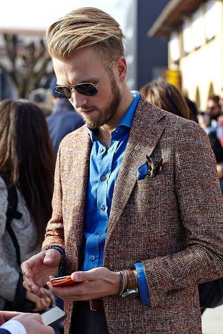 Cómo combinar: blazer de lana de tartán marrón, camisa de manga larga azul, vaqueros azul marino, pañuelo de bolsillo estampado azul