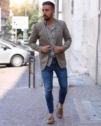 Cómo combinar: blazer en beige, camisa de manga larga con print de flores en blanco y azul marino, vaqueros pitillo desgastados azules, mocasín con borlas de ante marrón claro