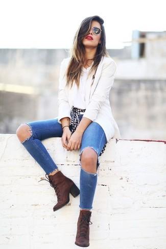 Cómo combinar: blazer en beige, camisa de vestir de cuadro vichy en negro y blanco, camiseta con cuello circular blanca, vaqueros pitillo desgastados azules