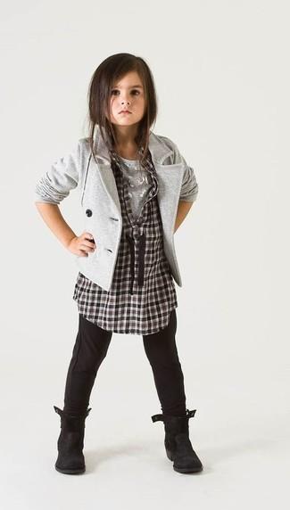Cómo combinar: blazer gris, camisa de vestir a cuadros en negro y blanco, camiseta gris, leggings negros
