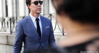 Cómo combinar: blazer de lana azul, camisa de vestir celeste, corbata de punto negra, pañuelo de bolsillo azul