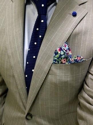 Cómo combinar: blazer de rayas verticales marrón claro, camisa de vestir gris, corbata a lunares en azul marino y blanco, pañuelo de bolsillo con print de flores azul marino