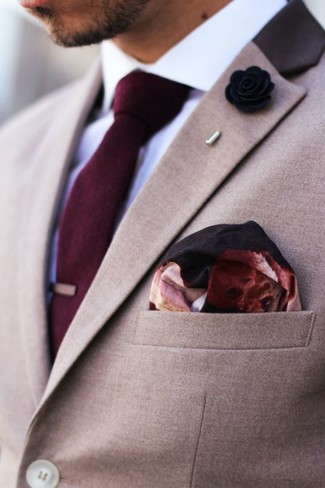 Cómo combinar: blazer marrón claro, camisa de vestir blanca, corbata burdeos, pañuelo de bolsillo estampado burdeos