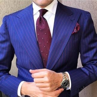 Cómo combinar: blazer de rayas verticales azul, camisa de vestir blanca, corbata a lunares burdeos, pañuelo de bolsillo de paisley burdeos