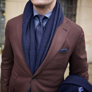Cómo combinar: blazer de lana marrón, camisa de vestir de cambray azul, corbata azul marino, pañuelo de bolsillo azul marino
