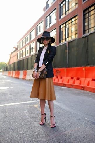 Cómo combinar: blazer azul marino, camisa de vestir rosada, falda midi de cuero plisada marrón, sandalias de tacón de cuero negras
