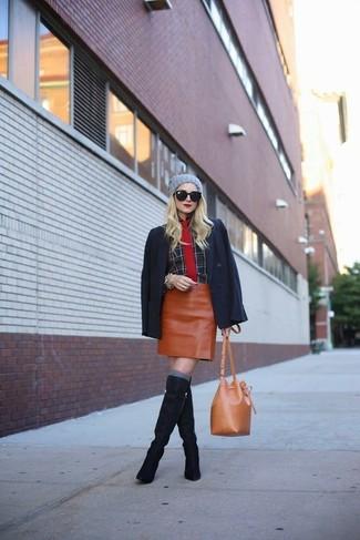 Cómo combinar: blazer negro, camisa de vestir de tartán negra, minifalda de cuero en tabaco, botas de caña alta de ante azul marino