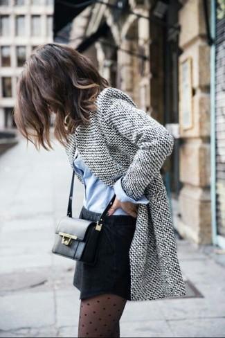 Considera ponerse un blazer de lana gris y una minifalda negra para una vestimenta cómoda que queda muy bien junta.