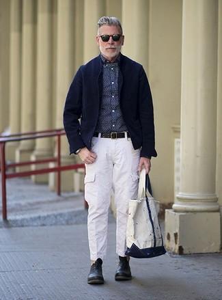 Cómo combinar: blazer de pana azul marino, camisa de vestir a lunares en azul marino y blanco, pantalón cargo blanco, zapatos oxford de cuero negros