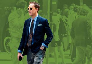 Cómo combinar: blazer azul marino, camisa de vestir azul, pantalón cargo de camuflaje en gris oscuro, corbata de camuflaje verde oscuro